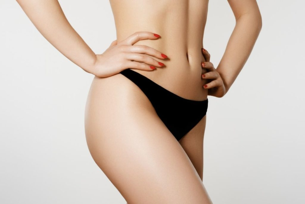 Ciało kobiety po zabiegu lipomodelingu pośladków